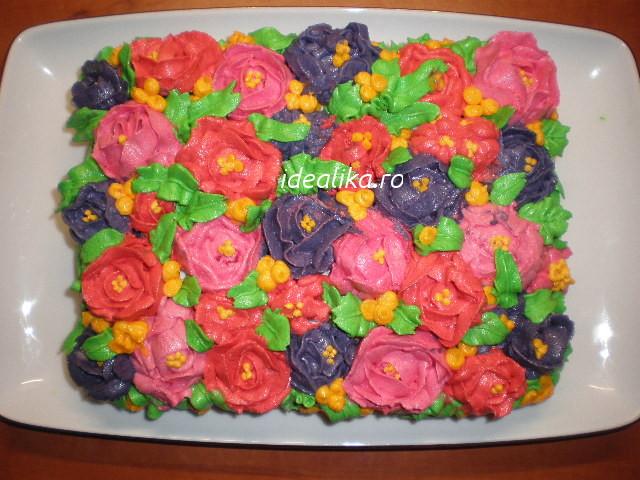 Tort decorat cu flori din crema de unt